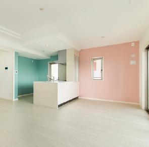 キッチン周りの壁をモダンにカラーリング