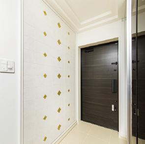 玄関壁をエコカラットタイルで装飾